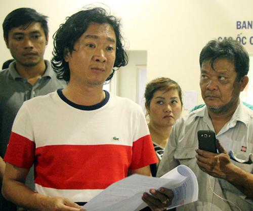 Đại diện đơn vị vận hành chung cư (trái) đưa ra thông báo xin lỗi cư dân. Ảnh: Duy Trần.