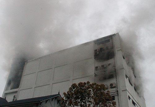 8h30, khói vẫn bốc lên nghi ngút từ các ô cửa cửa, nơi lắp điều hòa của quán karaoke. Ảnh: Đức Hùng