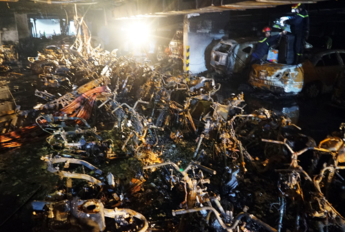 Hoả hoạn nghiêm trọng nhất trong hơn chục năm tại TP HCM khiến 13 người chết, 13 ôtô và 150 xe máy cháy rụi. Ảnh: Quỳnh Trần.