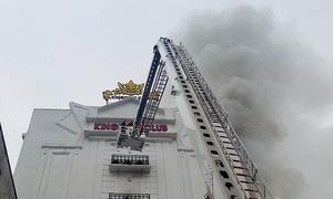 Quán karaoke 6 tầng ở Hà Tĩnh bốc cháy