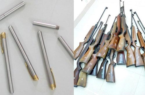 Số súng dạng bút và tang vật vụ án được cảnh sát thu giữ.