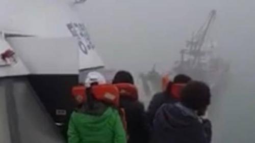 Hình ảnh hành khách trên tàu chở khách được lan truyền trên mạng. Ảnh: CNA.