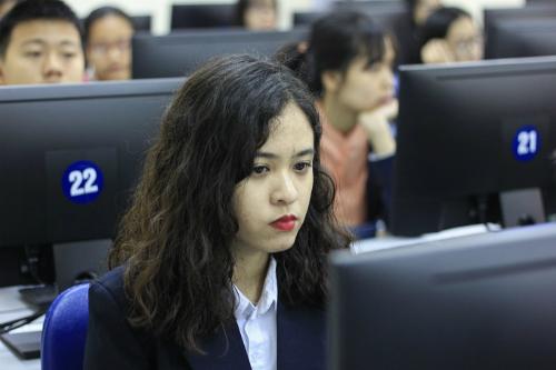 Mỗi thí sinh được trang bị một máy tính, làm bài thi trực tuyến trong 50 phút với thang điểm tối đa là 1.000 điểm. Ảnh: Dương Tâm