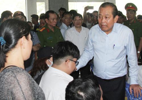 Bà Nguyễn Thị Thu đối thoại với Phó thủ tướng Trương Hòa Bình. Ảnh: Mạnh Tùng.