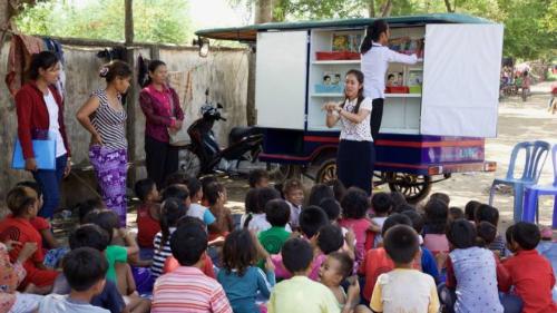 Tình nguyện viên đang giảng dạy cho học sinh vùng khó khăn tại Campuchia từ xe tuk tuk. Ảnh:BBC