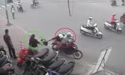 Cô gái ngã khuá»µu vì bá» cÆ°á»p túi xách trong cá»p xe máy