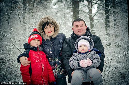 Bé traiSergei Moskalenko cùng bố mẹ và em gái. Ảnh: Siberian Times