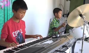 Hai đứa trẻ tự học nhạc kiếm tiền nuôi gia đình