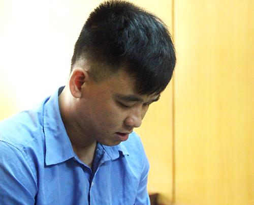 Tại tòa, Phong khai khi mang vàng đi bán không nói cho chủ tiệm vàng biết là tài sản trộm được. Ảnh: Hải Duyên.