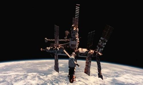 Trạm Mir là vật thể nhân tạo lớn nhất bay quanh Trái Đất. Ảnh: NASA.