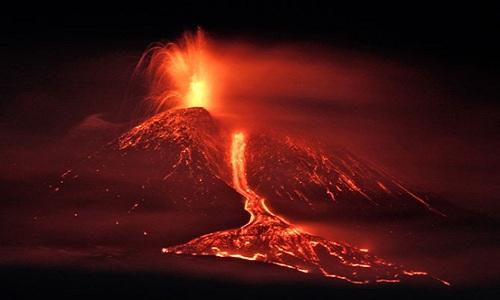 Các đợt phun trào của núi lửa Etna thường kéo dài nhiều tháng. Ảnh: Corbis.