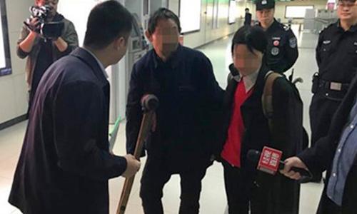 Phóng viên Trung Quốc phỏng vấn hai người hành nghề ăn xin tại ga tàu điện ngầm. Ảnh: SCMP.