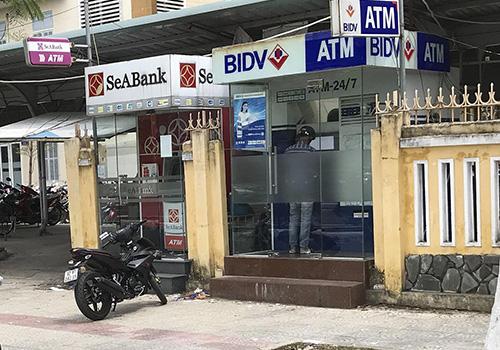 Khu vực cây ATM bị hai người Trung Quốc đặt camera đánh cắp mật khẩu của người dùng. Ảnh: N.T.