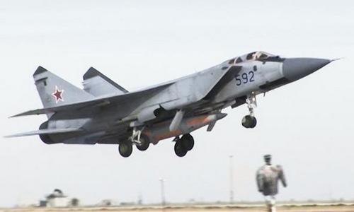 Tiêm kích MiG-31 mang theo tên lửa Kinzhal. Ảnh: Bộ Quốc phòng Nga.