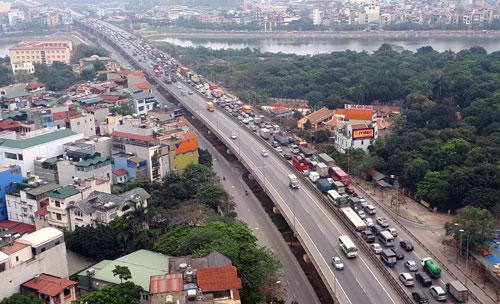Vụ tai nạn khiến đường Vành đai 3 trên cao ùn tắc vài km.Ảnh: Phương Sơn