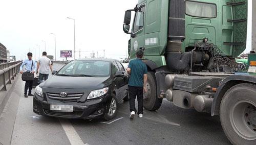 Đầu xe Altis bị bắn quay theo chiều ngược lạilại sau vụ tai nạn. Ảnh: Phương Sơn
