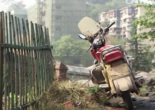 Chiếc mô tô của nạn nhân ở hiện trường.