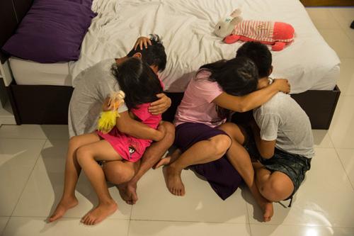 Gia đình người đánh cá Triều Tiên đào tẩu trong khách sạn ở Thái Lan vào tháng 8/2017. Họ che mặt và giấu danh tính vì lo sợ cho sự an toàn của họ hàng ở quê nhà. Ảnh: Washington Post.