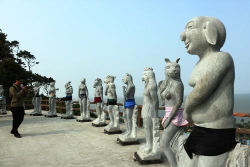 Bộ tượng 12 con giáp mình người,đầu thú đượcmặc quần bơi. Ảnh: Giang Chinh