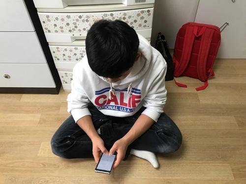 Cậu bé 15 tuổi, con trai người đánh cá, nhanh chóng hòa nhập với cuộc sống mới ở Seoul. Như mọithiếu niên Hàn Quốc khác, cậu bémặc quần jeans, áo nỉ và dùng điện thoại thông minh lên mạng.Ảnh: Washington Post.