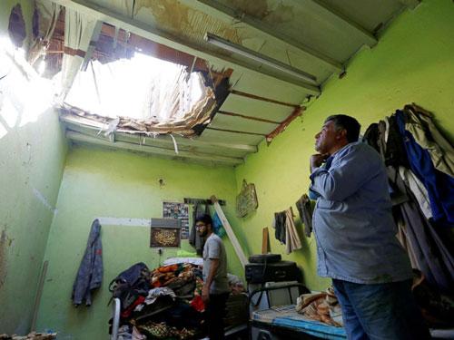 Tên lửa phiến quân tạo lỗ thủng lớn trên mái nhà và khiến 3 người thương vong ở thủ đô của Arab Saudi. Ảnh: Reuters.