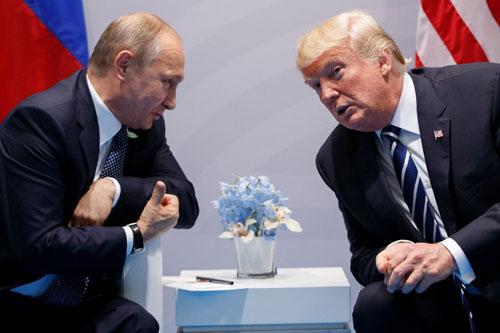 Tổng thống Nga Putin (trái) và Tổng thống Mỹ Trump trong cuộc gặp năm 2017. Ảnh: Reuters.