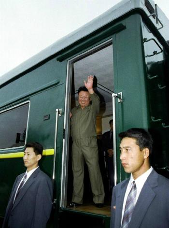 Kim Jong-il tại biên giới Triều Tiên - Nga năm 2001. Ảnh: Tass.