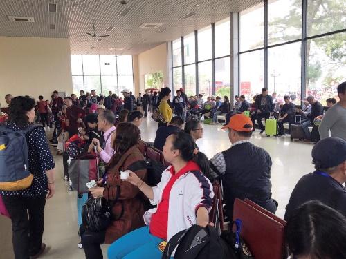 Khách du lịch Trung Quốc chờ làm thủ tục nhập cảnh tại Cửa khẩu quốc tế Móng Cái. Ảnh: Minh Cương