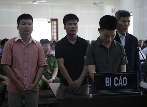 Bốn bị cáo nghe tòa tuyên án. Ảnh: Hải Bình.