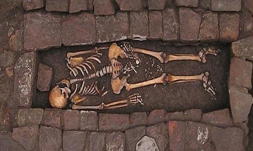 Ngôi mộ chứa xác người mẹ và thai nhi 38 tuần tuổi. Ảnh: World Neurosurgery.