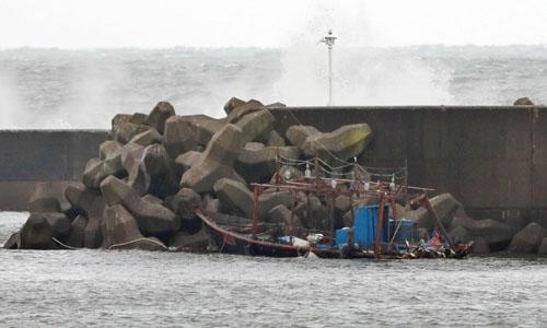 Một tàu cá Triều Tiên trôi dạt vào bờ biển Nhật Bản. Ảnh: Reuters.