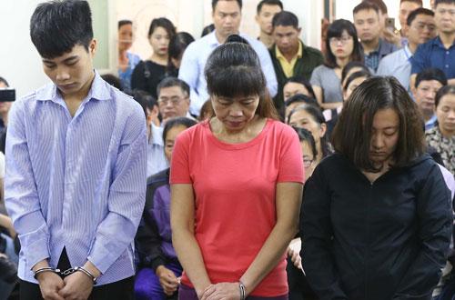 Ba bị cáo Tuấn, Thì, Linh (từ trái qua) khi nghe tòa tuyên án.