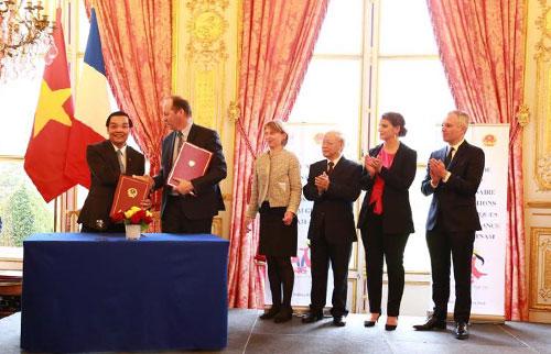 1. Bộ trưởng Bộ KH&CN Việt Nam Chu Ngọc Anh và Chủ tịch Hệ thống Vũ trụ Nicolas Chamussy ký kết ý định thư hợp tác giữa Bộ KH&CN Việt Nam với Tập đoàn Airbus Defence và Space SAS (Pháp) về công nghệ vũ trụ.