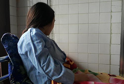 Nữ sinh Hiên đang điều trị tại Trung tâm chăm sóc sức khỏe sinh sản Nghệ An. Ảnh: Nguyễn Hải.
