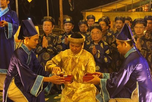 Ông Nguyễn Dung thực hiện lễ hiến tước (dâng rượu). Ảnh: Võ Thạnh.