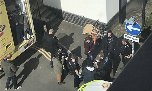 Ba người Việt nhập cư được tìm thấy trốn trong thùng xe tải chuyển nhà của một gia đình Anh. Ảnh: Solent News.