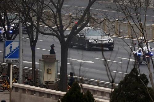 Đoàn xe rời nhà khách quốc gia Điếu Ngư Đài sáng nay. Ảnh: Reuters.