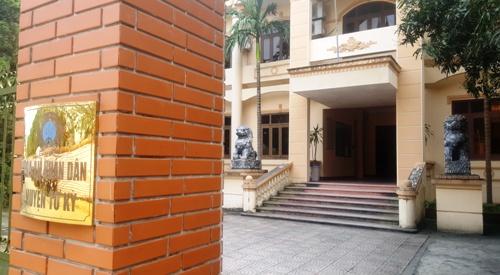 Phía trong trụ sở Tòa án nhân dân huyện Tứ Kỳ, lãnh đạo cơ quan này trưng bày đôi sư tử đá được chế tác giống linh vật của Trung Quốc. Ảnh: Giang Chinh