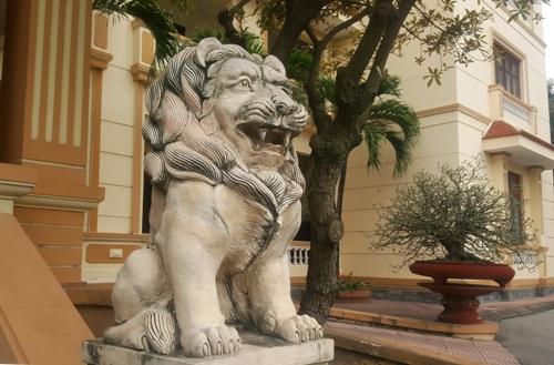 Sư tử đá được đặt tại tiền sảnh, nơi ra vào trụ sở UBND huyện Nam Sách, tỉnh Hải Dương. Ảnh: Giang Chinh