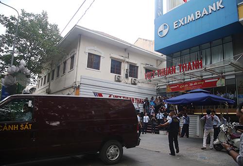Cảnh sát bắt giam hai cán bộ ngân hàng Eximbank. Ãnh: Quốc Thắng.