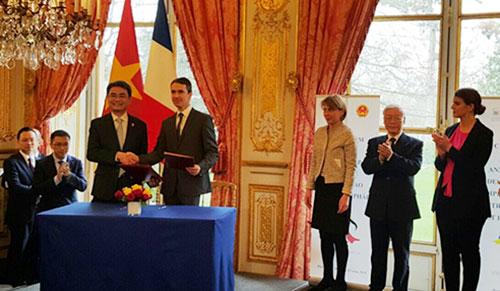 2. Ông Đinh Hữu Phí - Cục trưởng Cục Sở hữu trí tuệ (Bộ KH&CN) và ông Romain Soubeyran - Viện trưởng INPI ký Bản ghi nhớ hợp tác về sở hữu trí tuệ.