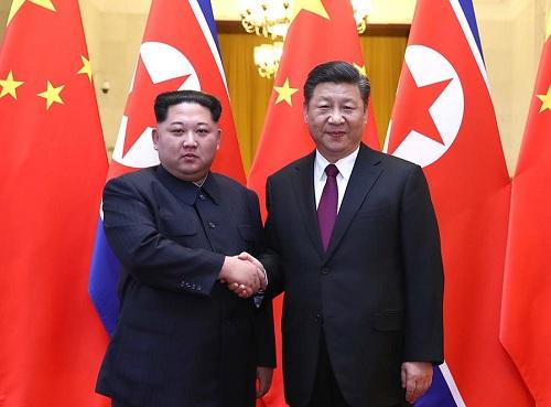 Lãnh đạo Triều Tiên Kim Jong-un bắt tay Chủ tịch Trung Quốc Tập Cận Bình tại Đại lễ đường Nhân dân Bắc Kinh. Ảnh: Xinhua.