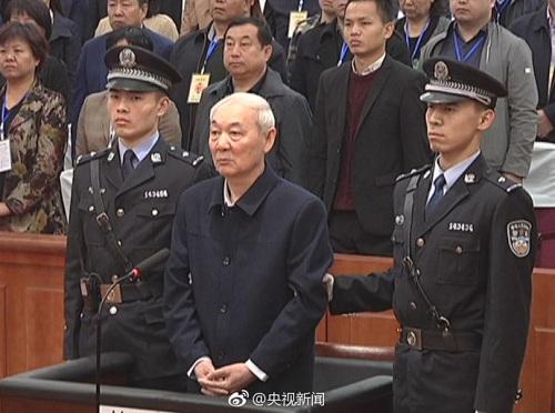 Bị cáo Trương Trung Sinh (tóc bạc) trong phiên xử hôm 28/3 ở tòa án thành phố Lâm Phần. Ảnh: Sina.