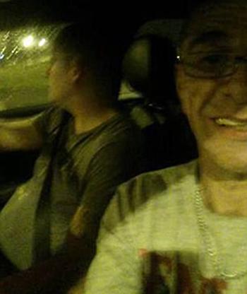 McFall còn chụp ảnh selfie trên xe.