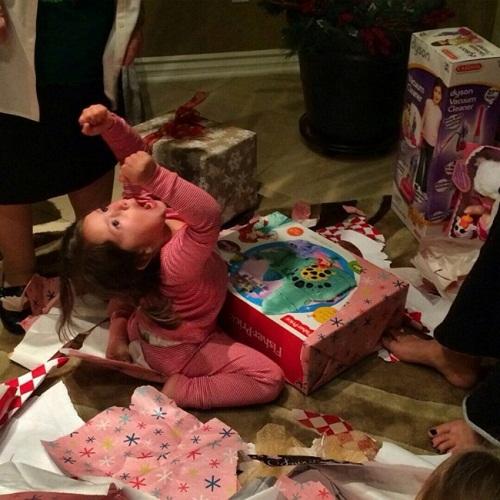 Cảm xúc của bé khi nhận được món quà yêu thích.