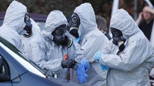 Các điều tra viên Anh kiểm tra hiện trường vụ đầu độc cựu điệp viên Skripal. Ảnh: Reuters.