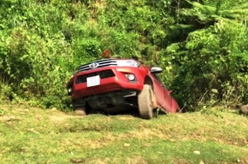 Chiếc ôtô của nhóm nghi can bị lật ở bìa rừng khi chạy trốn cảnh sát. Ảnh: Công an Quảng Ngãi.