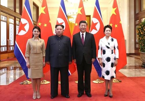 Chủ tịch Trung Quốc Tập Cận Bình cùng phu nhân Bành Lệ Viện đón nhà lãnh đạo Triều Tiên Kim Jong-un cùng phu nhân Ri Sol-ju tại Đại lễ đường Nhân dân Bắc Kinh