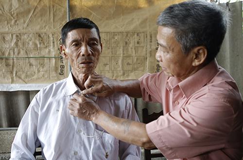 Ông Lê Giang Nam (áo trắng) bên người em trai Lê Nguyên Lan. Ảnh: Nguyễn Hải.