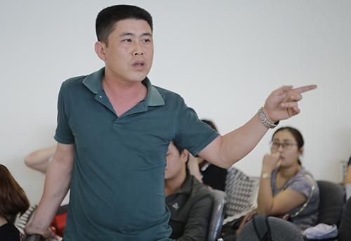 Một hộ dân tại chung cư phát biểu ý kiến tại buổi đối thoại với phía chủ đầu tư. Ảnh: Nguyễn Hải.